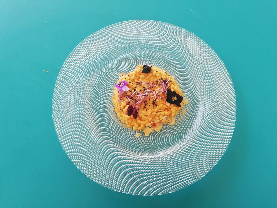 Orzotto con vellutata di peperoni e mandorle in scaglie tostate